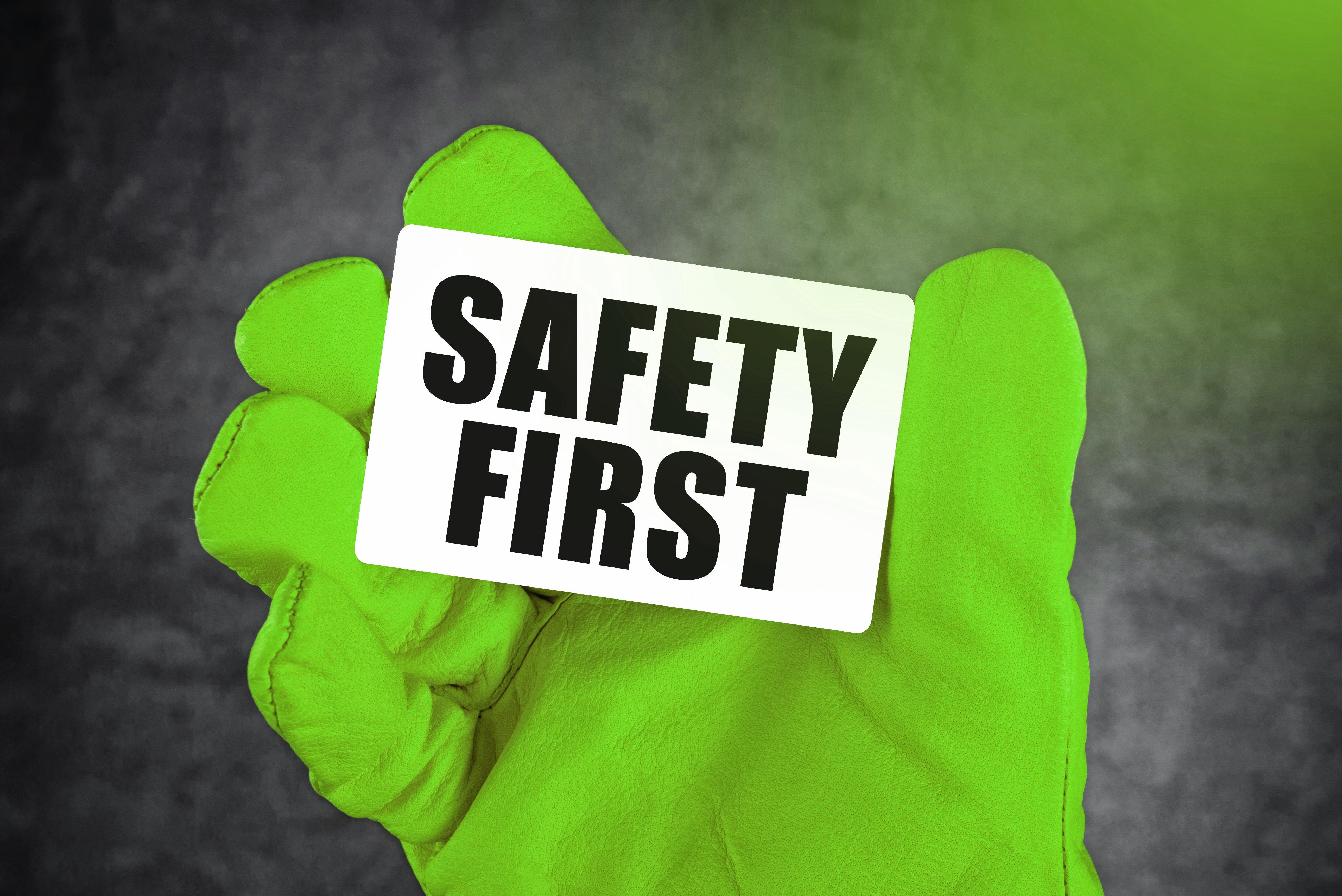 Lupa kuljettaa valaistusvälinettä ja muita ohjeita rakennustyömaille_vihrea
